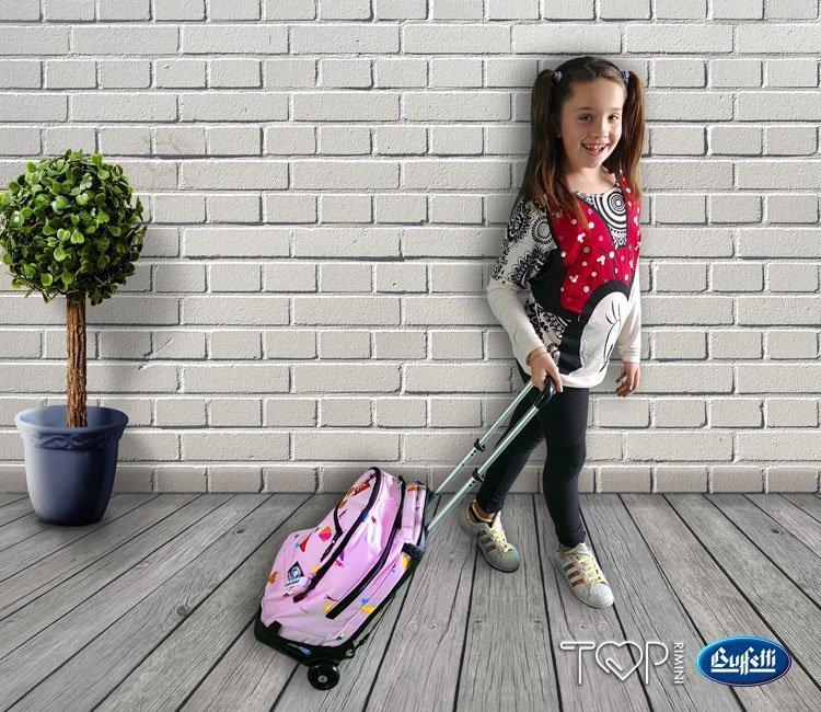 Lo zaino trolley evita di trasportare troppo peso nel tragitto a scuola se fatto a piedi